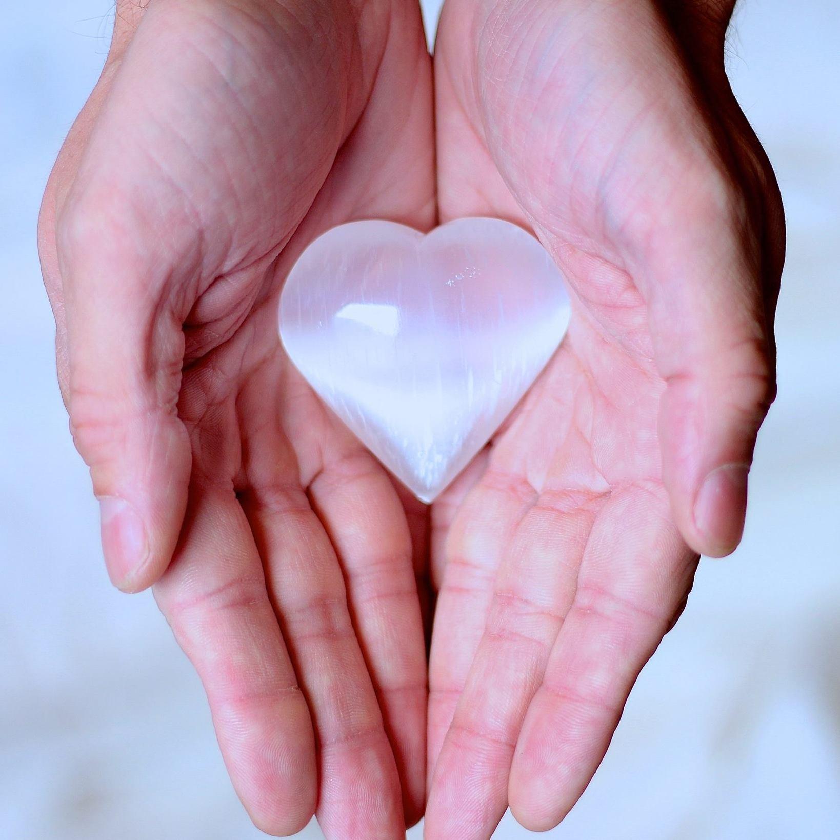 La main sur le cœur https://ecole-reiki.com/